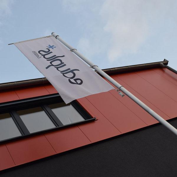 Standort eduplus in Leichlingen mit Fahne